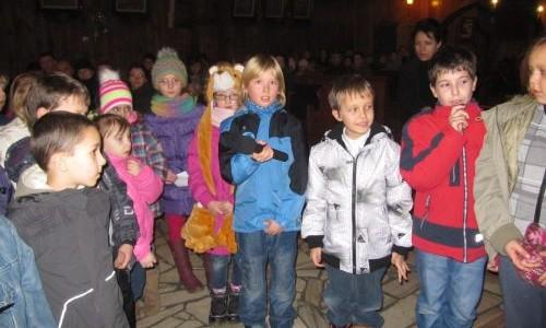 Adoracja przy żłóbku dzieci przygotowujących się do IKomunii Świętej